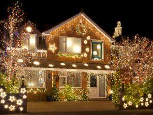дом деревья и снежинки